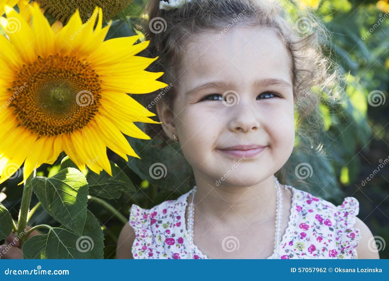 Kind in zonnebloemen