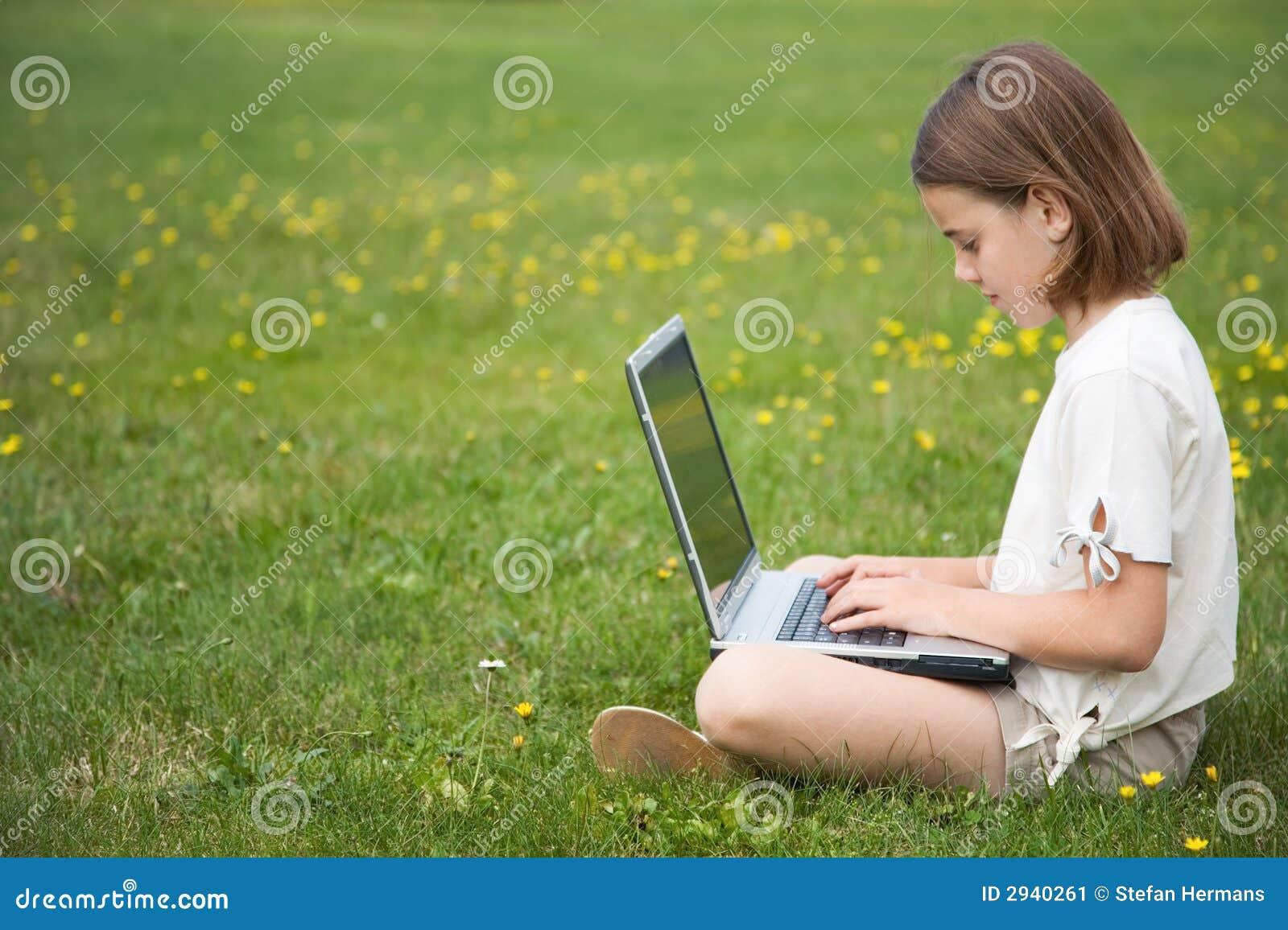 Kindarbeitslaptop draußen