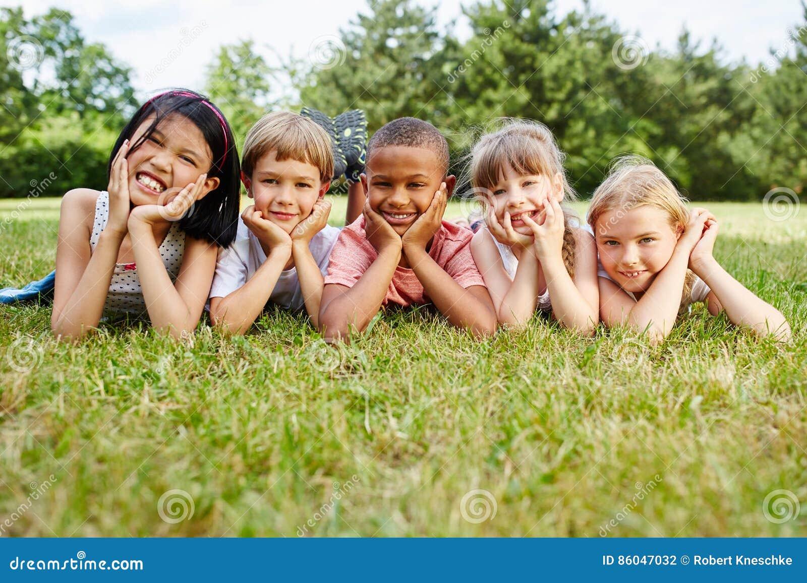 Kinder als Freunde an der Wiese