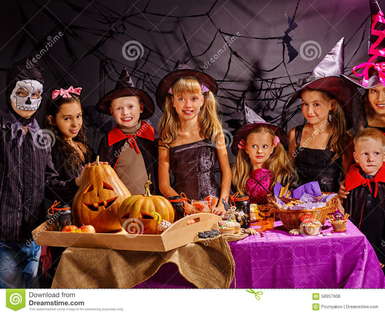 kinder auf der halloween party die k rbis bildet stockfoto bild 58957908. Black Bedroom Furniture Sets. Home Design Ideas