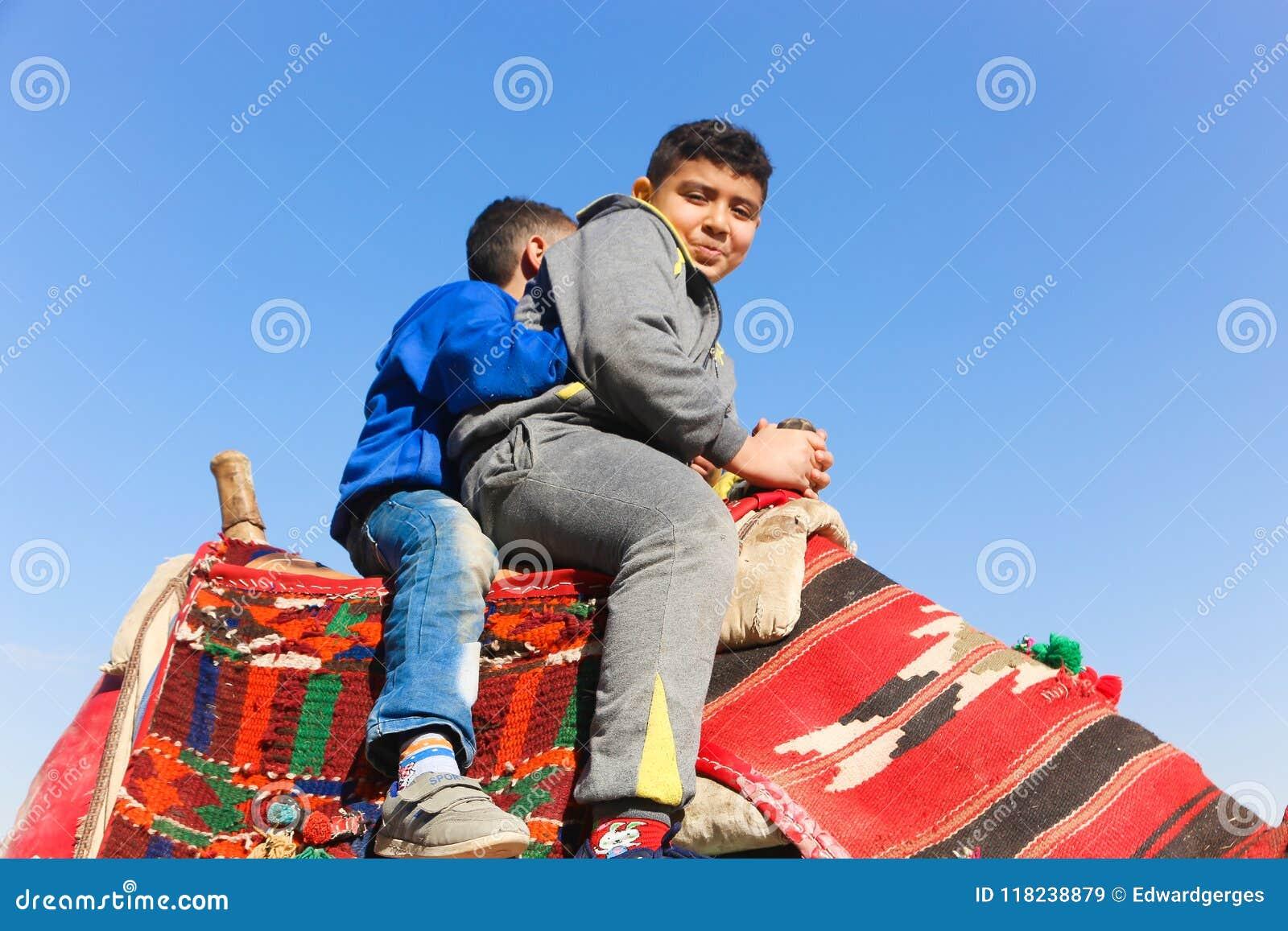 Kinder auf Kamel in Giseh-Pyramiden