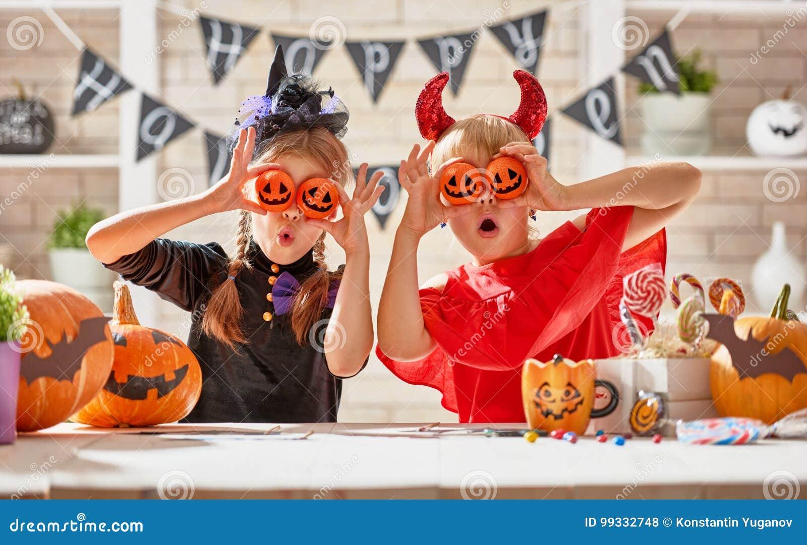 Kinder bei Halloween
