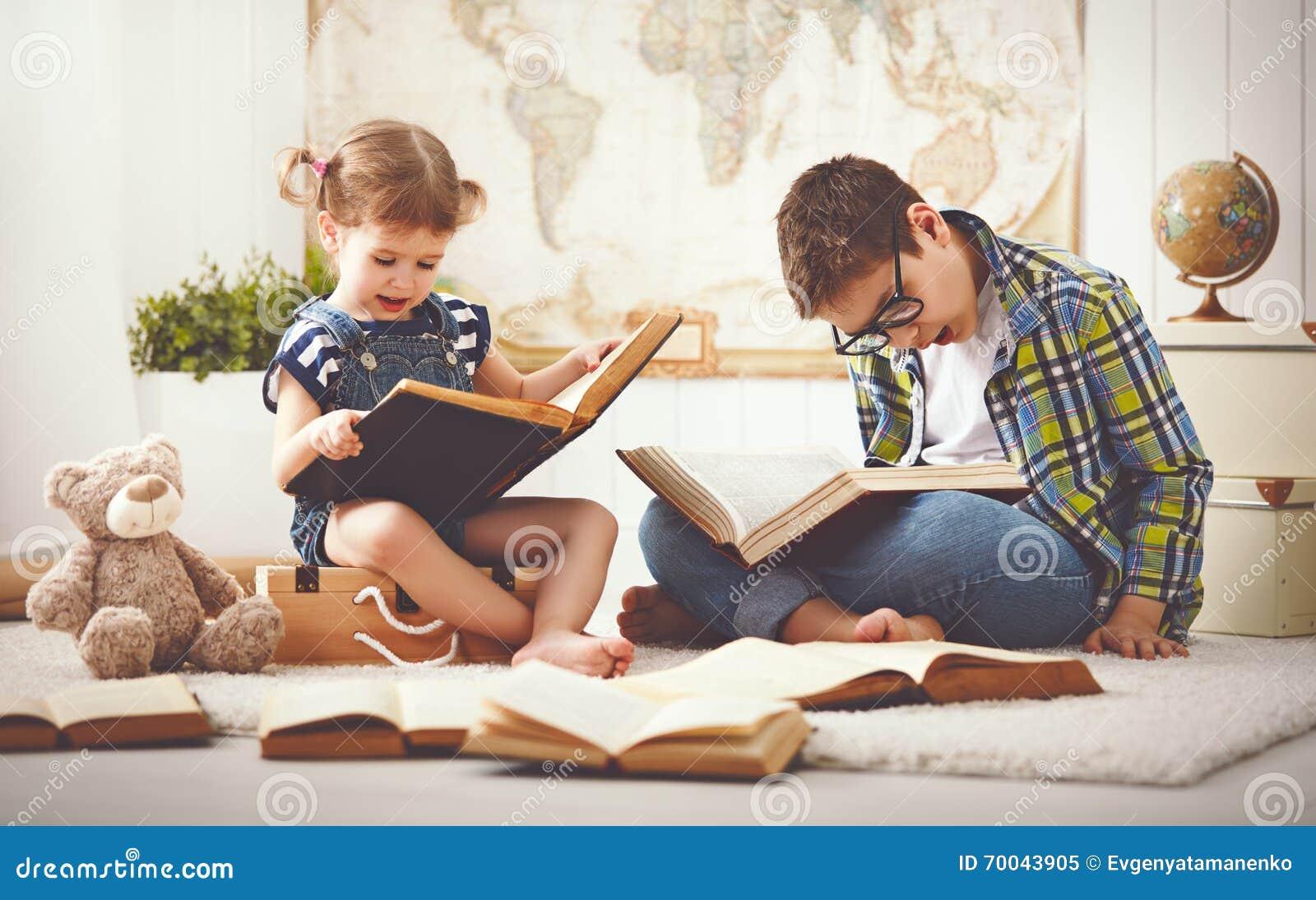Kinder Bruder und Schwester, Junge und Mädchen, die ein Buch lesen