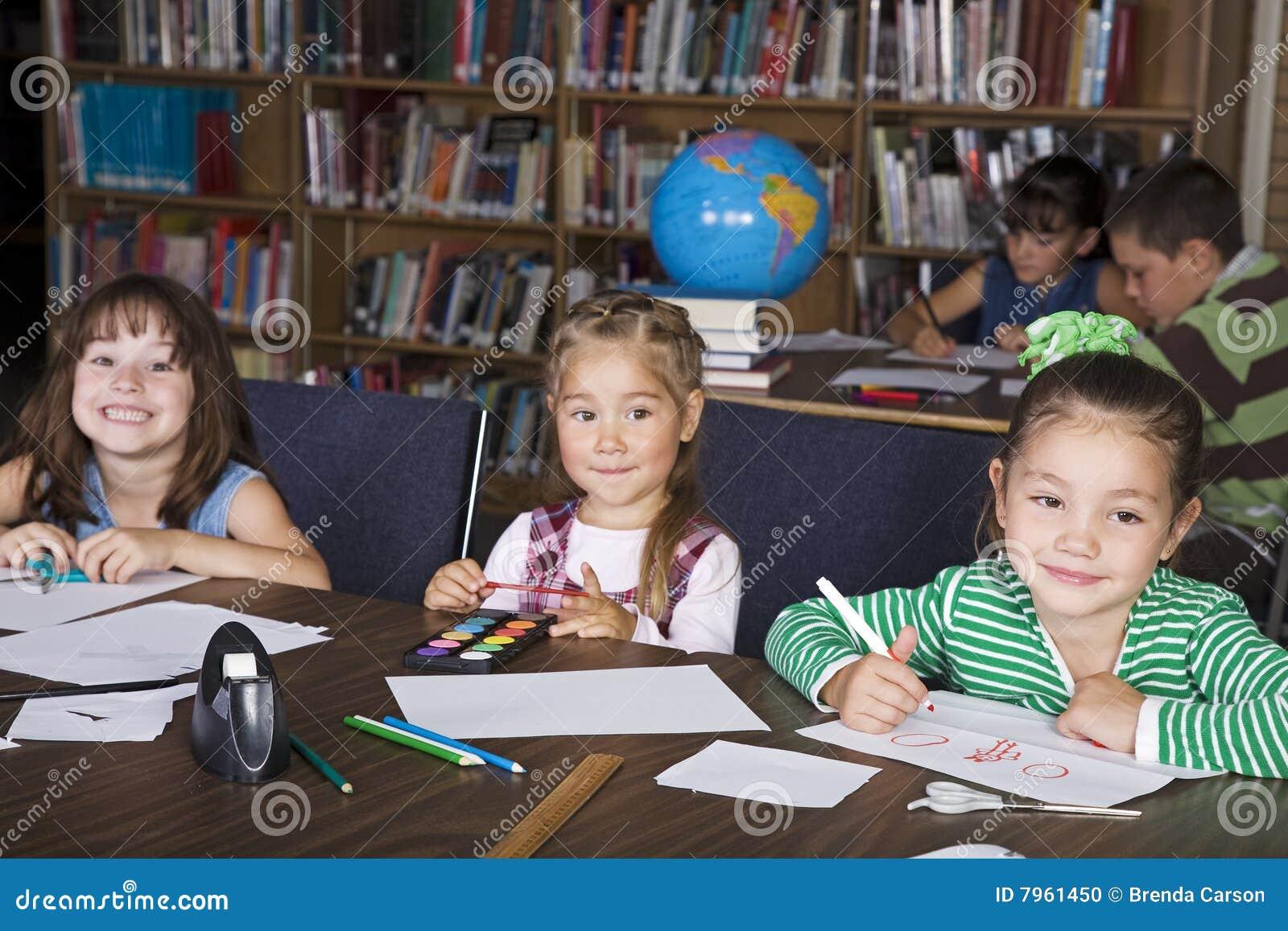 Kinder an der Schule