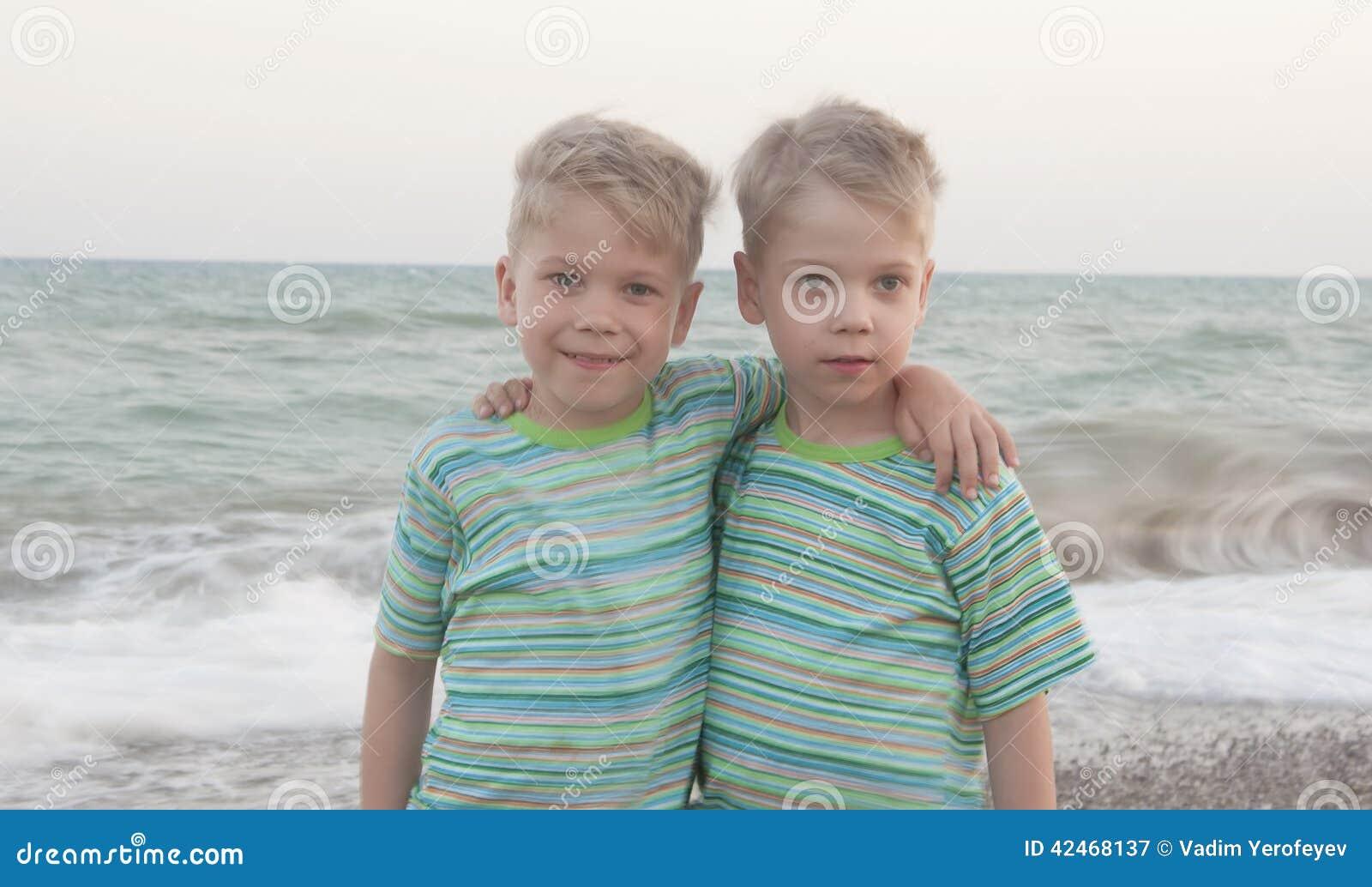 Kinder des eineiigen Zwillings