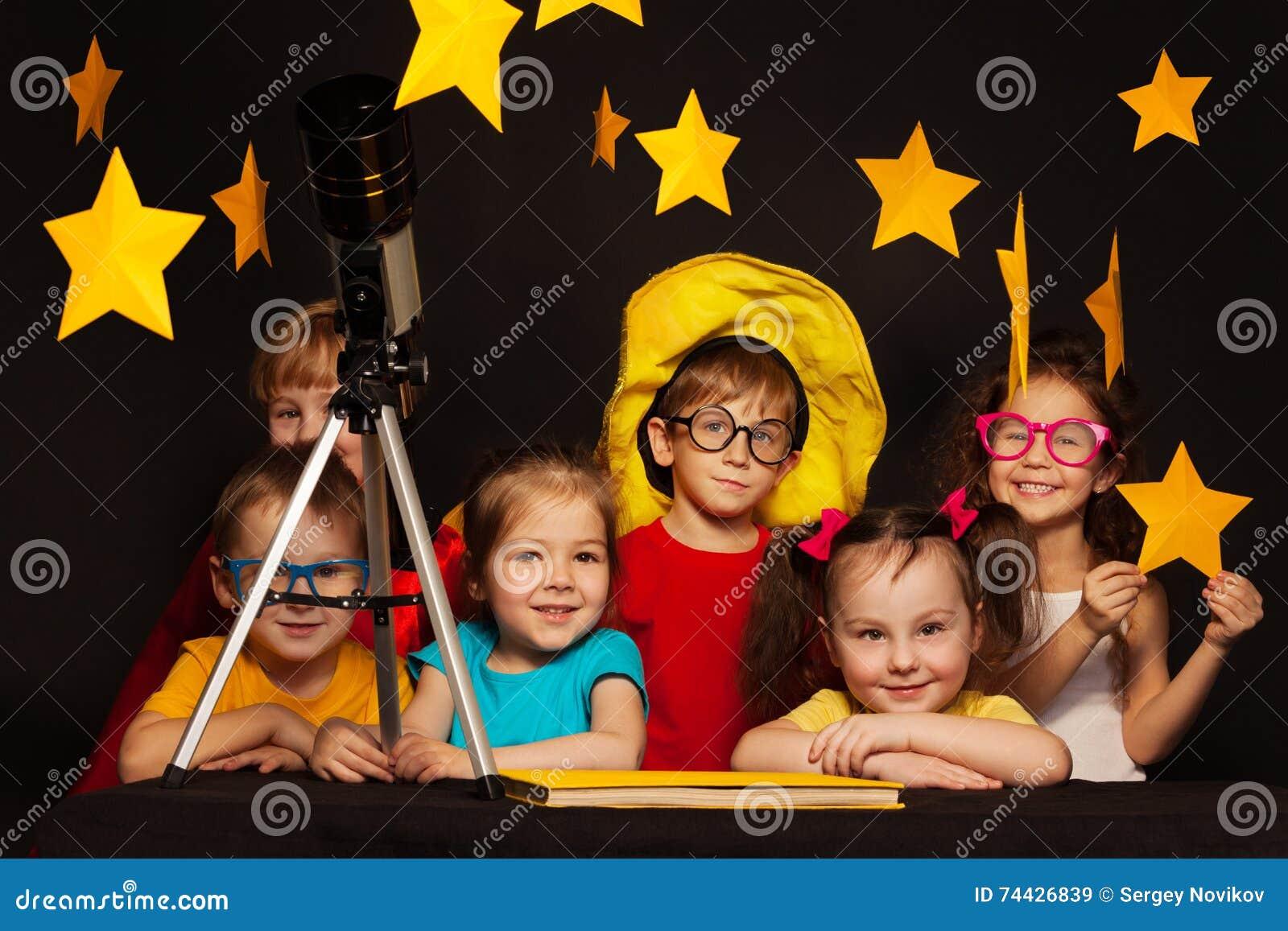 Kinder die astronomie mit teleskop studieren stockbild bild von