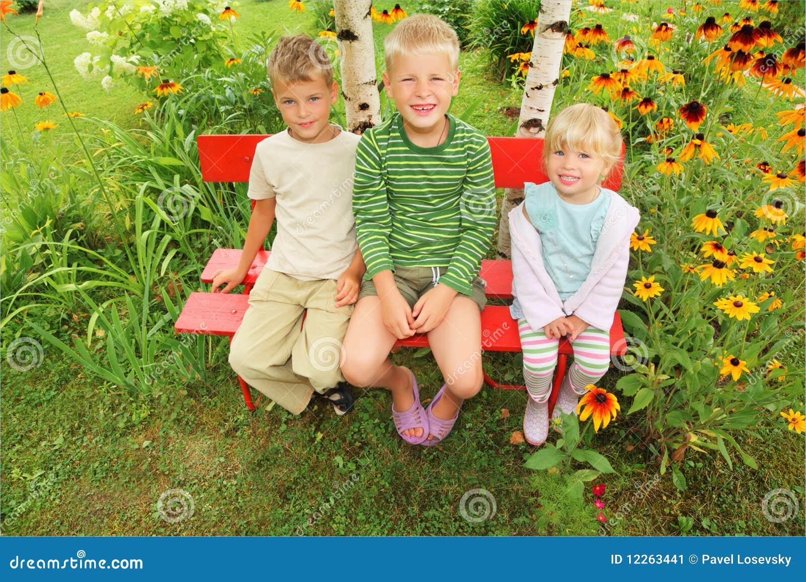 kinder die auf bank im garten sitzen stockbild bild von spiel kinder 12263441. Black Bedroom Furniture Sets. Home Design Ideas