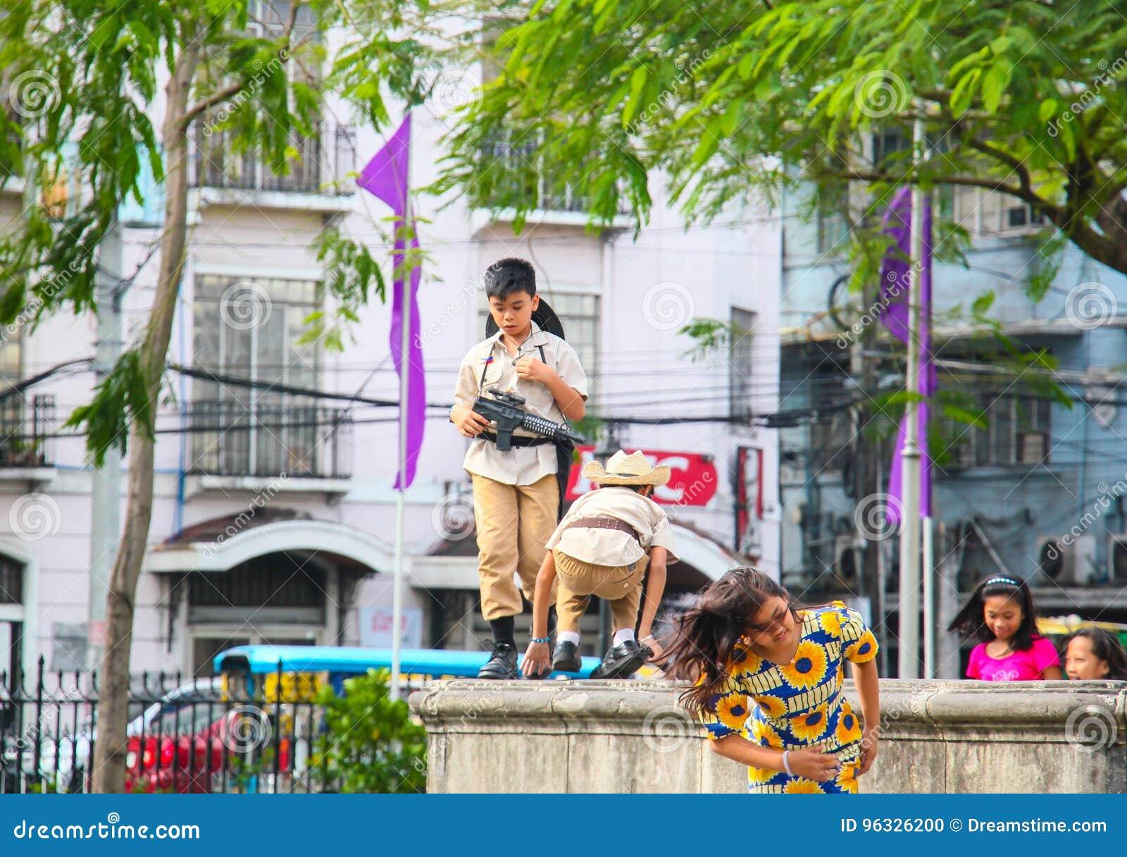 Kinder, die auf der Straße spielen