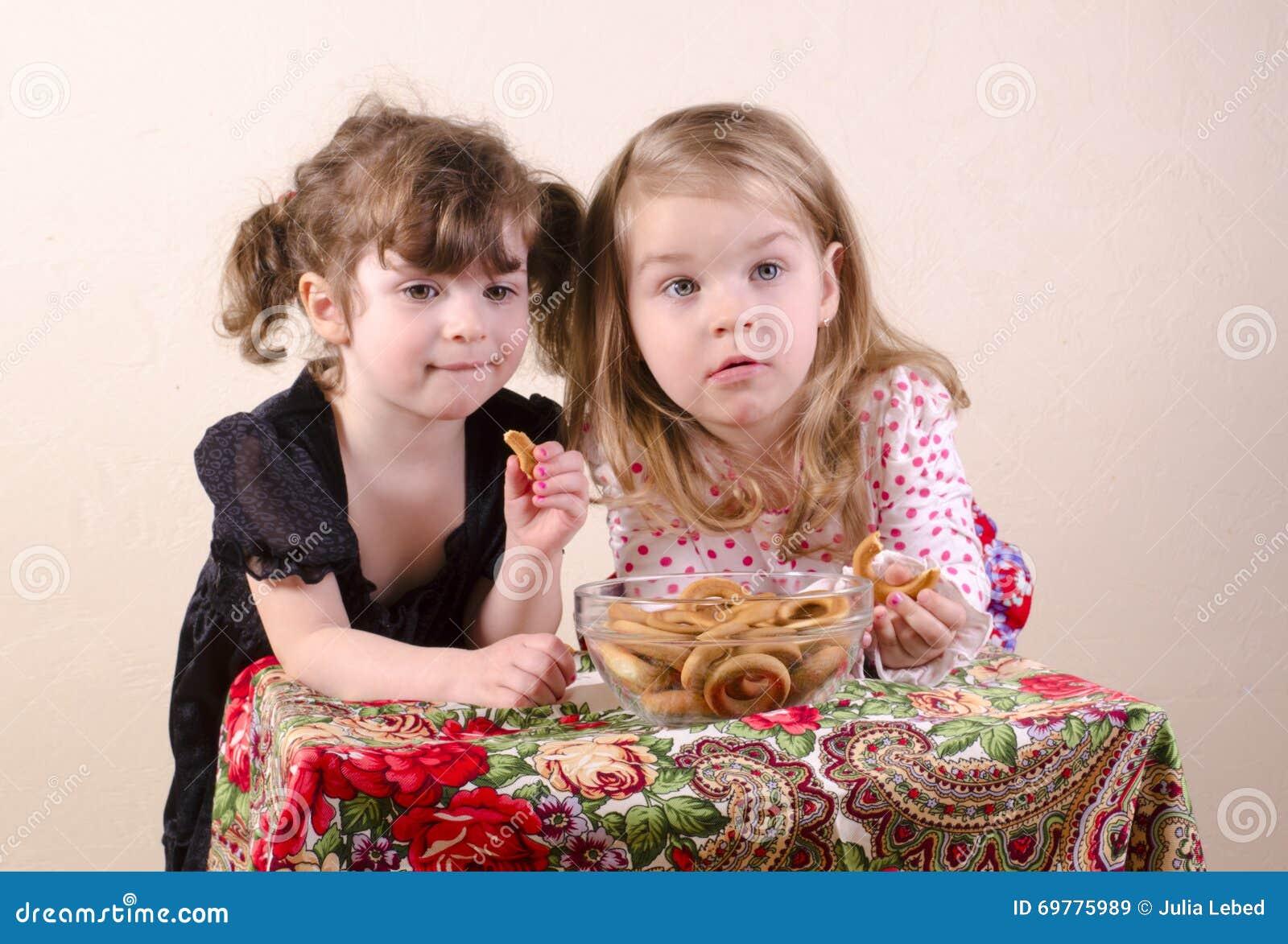 Kinder, die Bagel essen