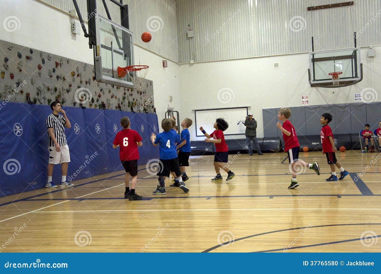 Kinder, die Basketballspiel spielen