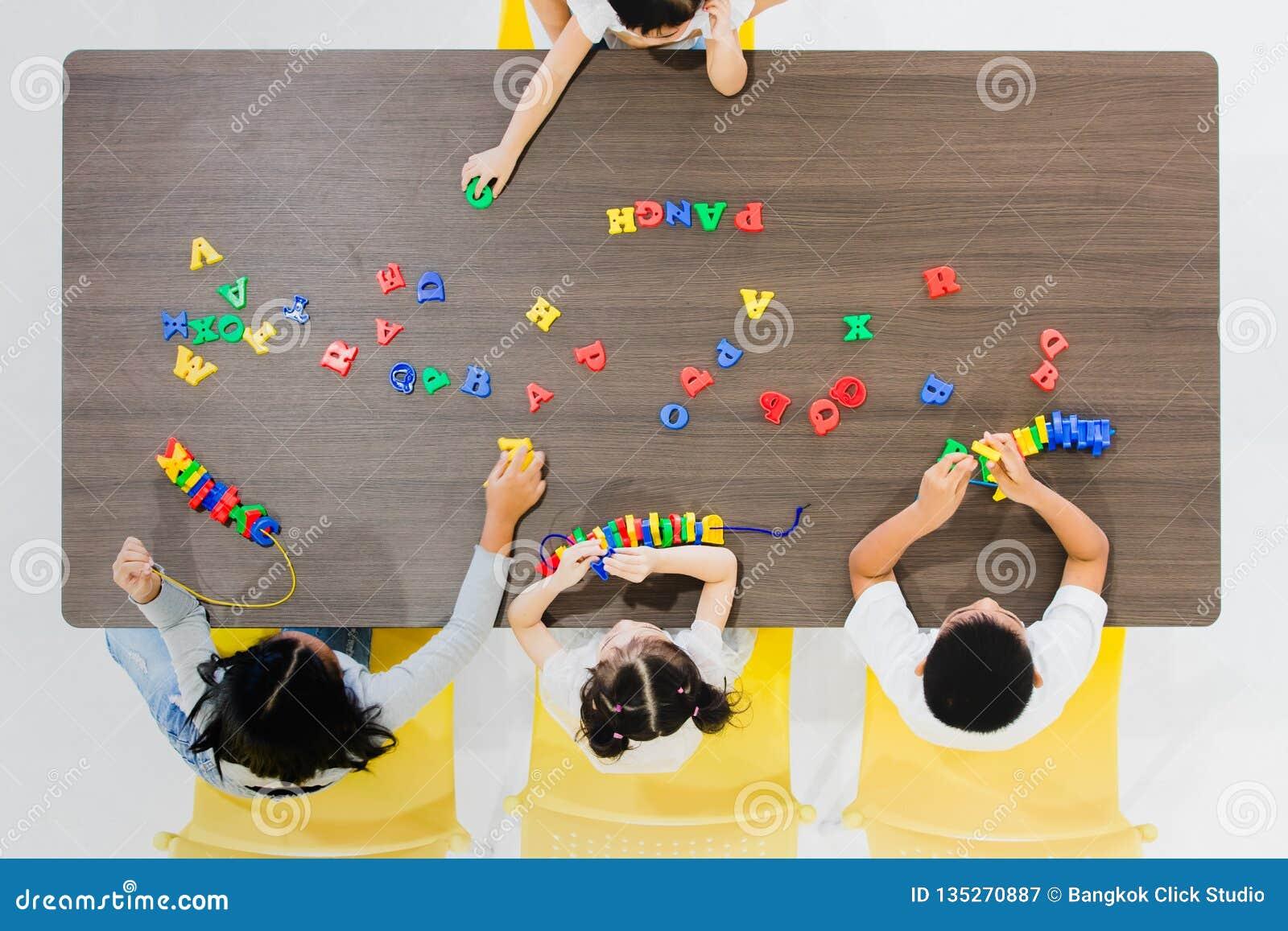 Kinder, die bunte Spielwaren spielen