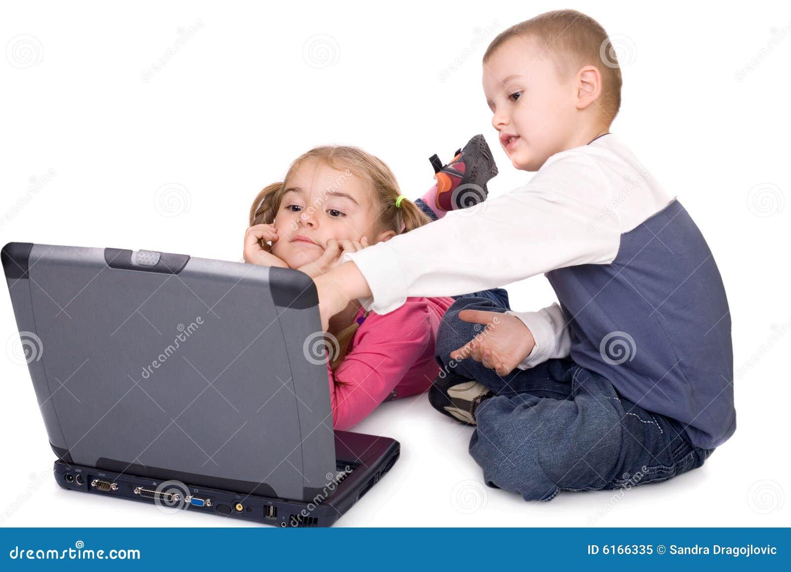 Kinder, die am Computer erlernen
