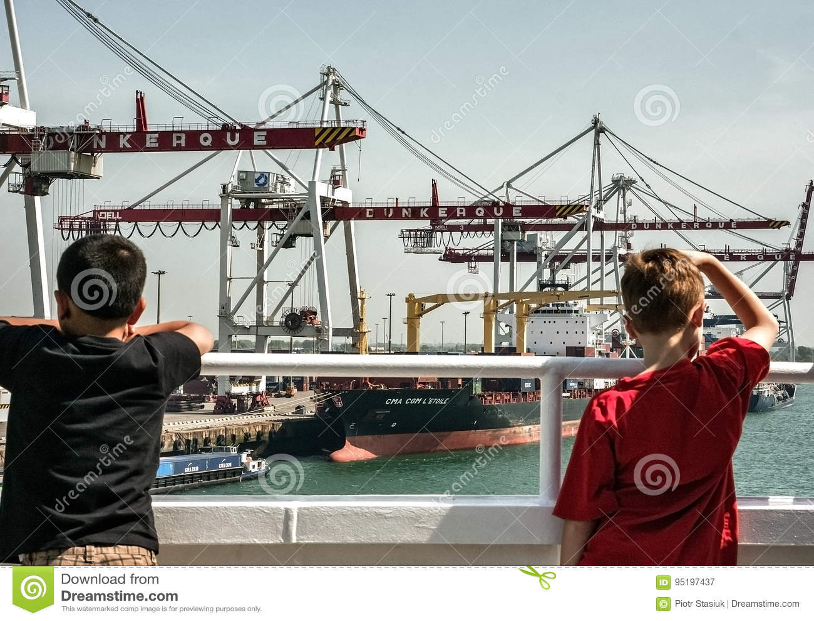 Kinder, die Containerbahnhof in Dunkerque betrachten