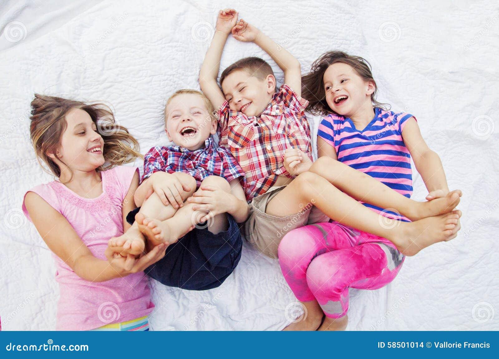 Kinder, Die Das Lachende Kitzeln Spielen Stockfoto - Bild
