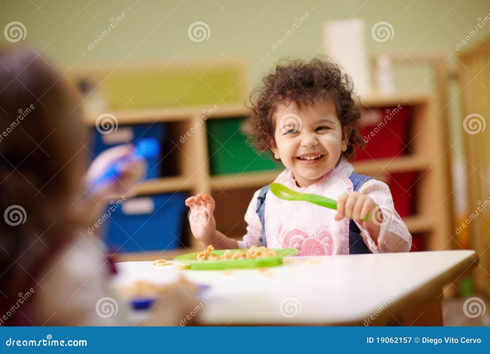kinder die das mittagessen im kindergarten essen stockbild bild von ausbildung kaukasisch. Black Bedroom Furniture Sets. Home Design Ideas
