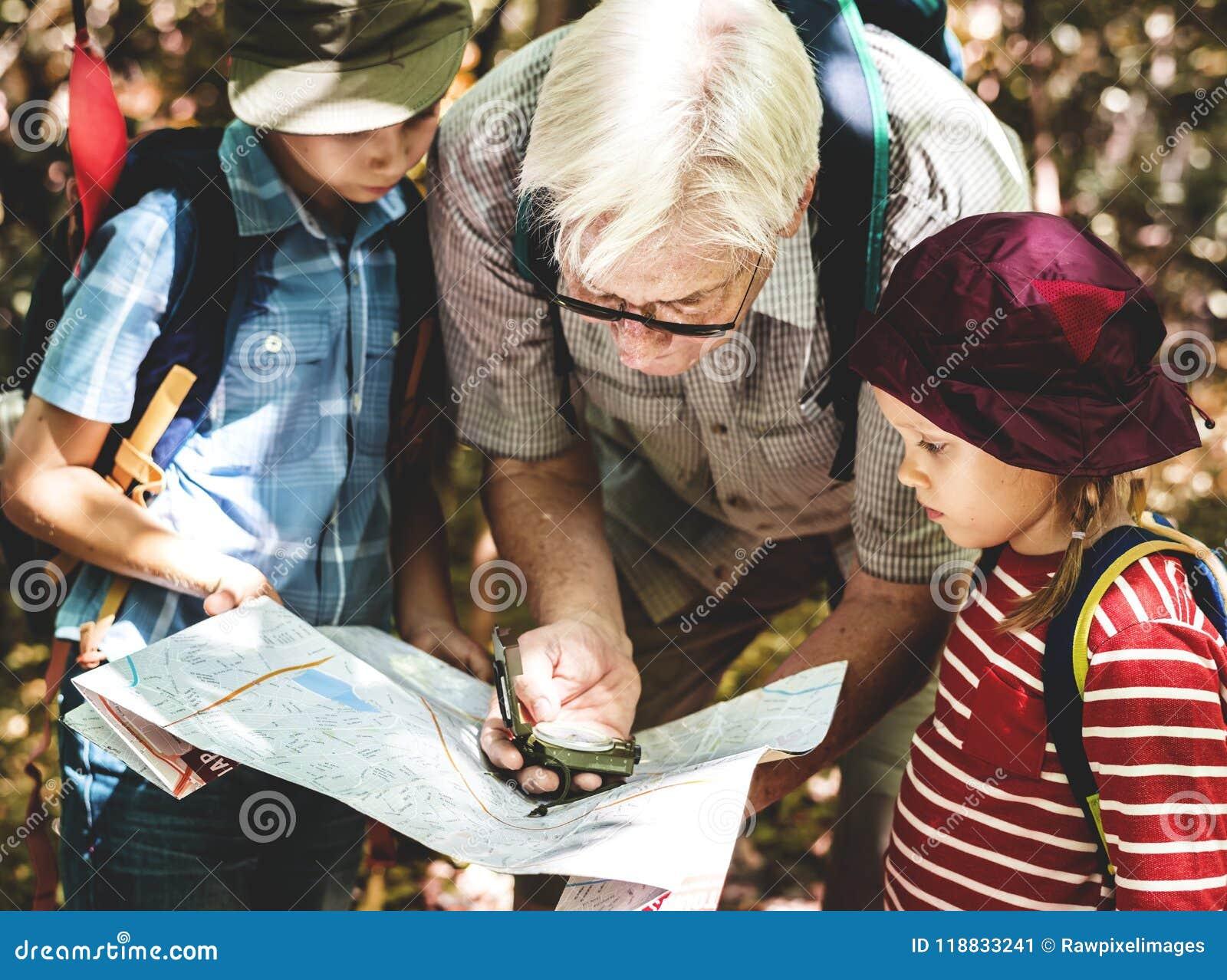 Kinder, Die Den Richtungen Eines Kompassses Folgen