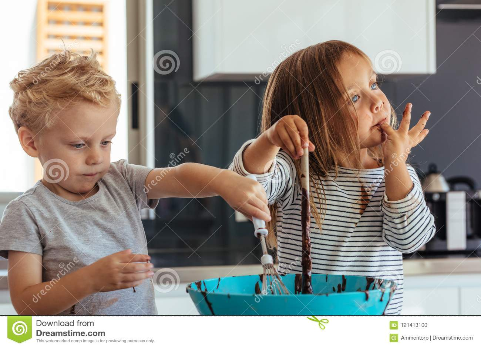 Kinder, die in der Küche backen