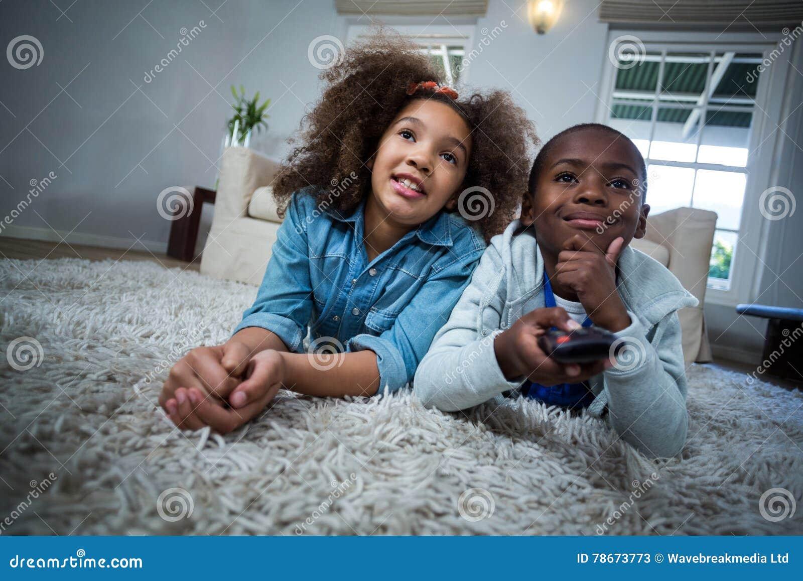 Kinder Die Direktubertragung Beim Lugen Auf Dem Boden Halten