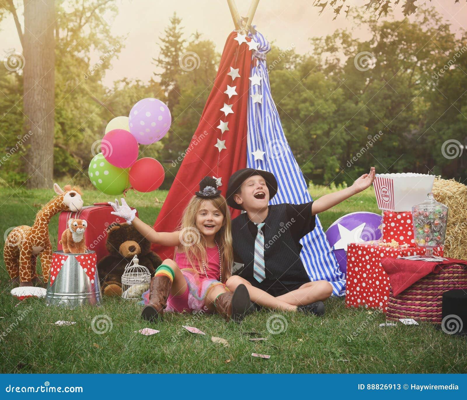 Kinder, die draußen mit Festzelt spielen