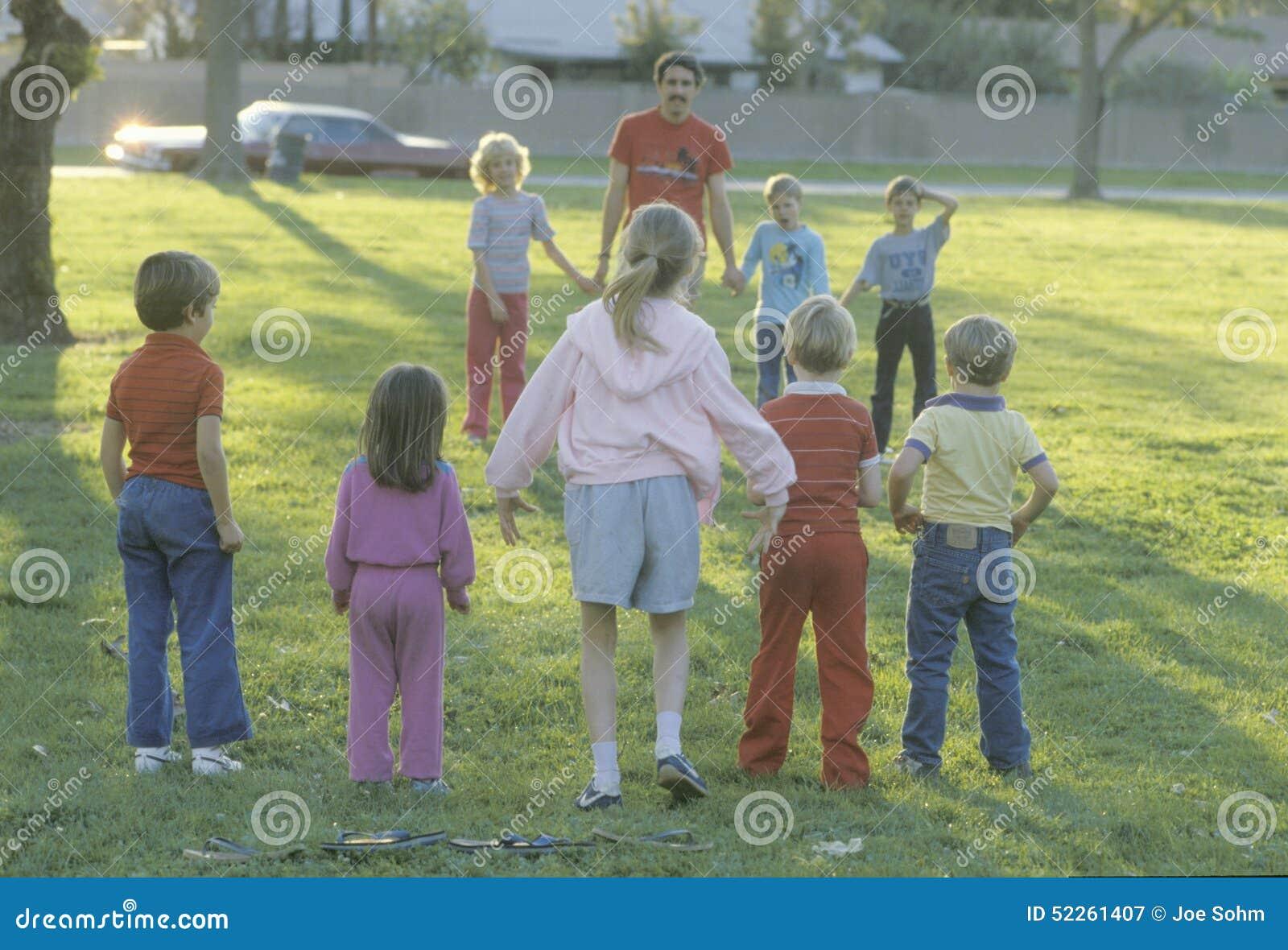 Kinder, die ein Spiel an einem allgemeinen Park, Garten Grove, CA spielen