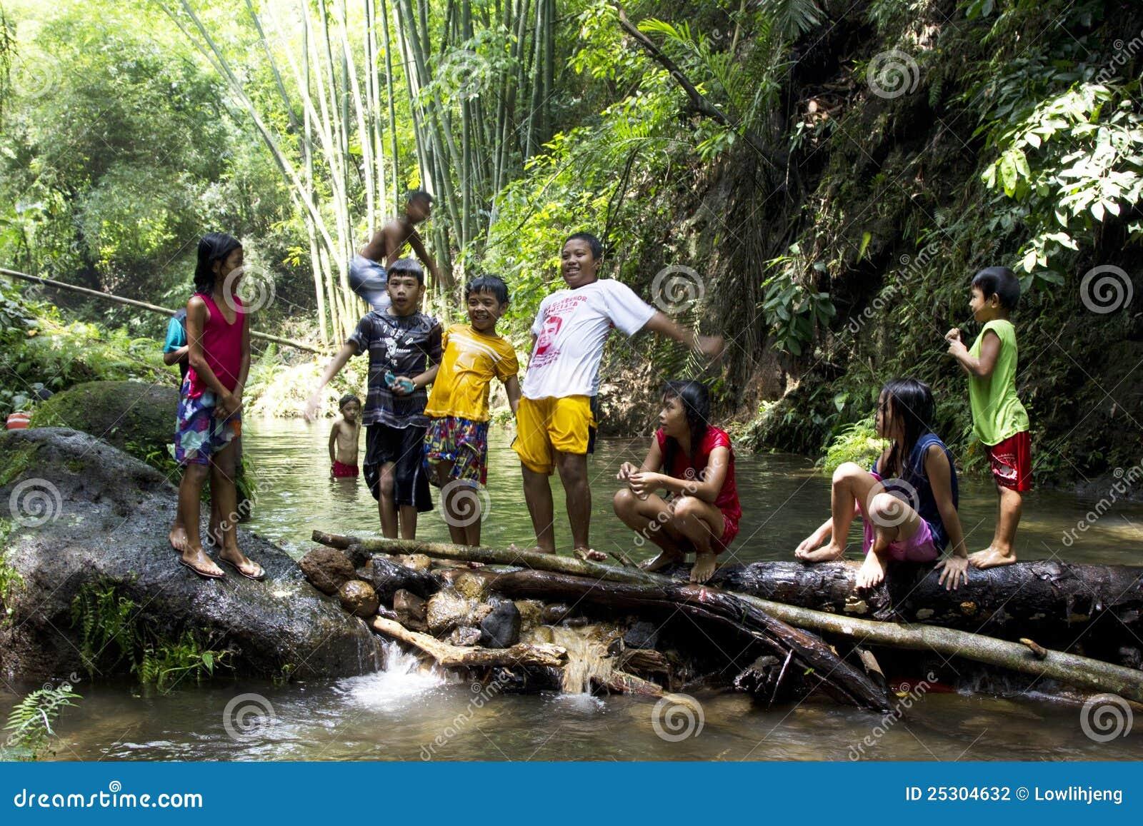 Kinder, die in einem Fluss spielen