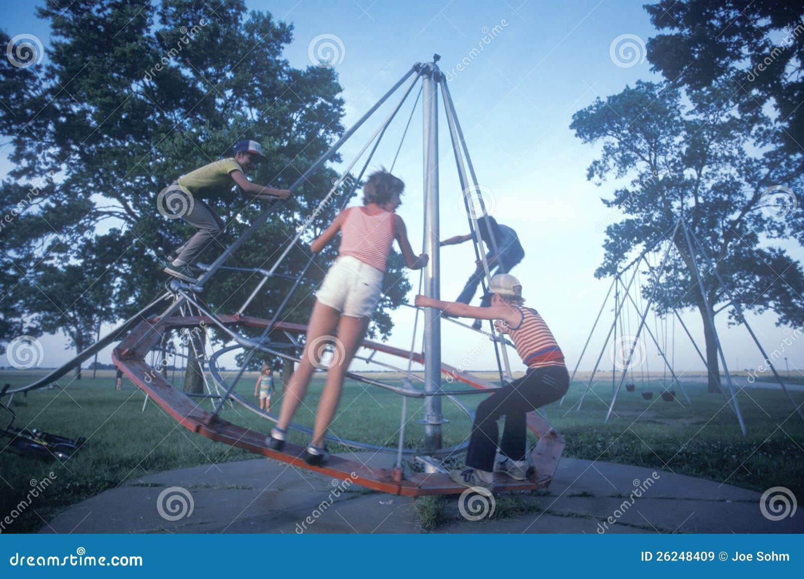 Kinder, die in einem Park spielen