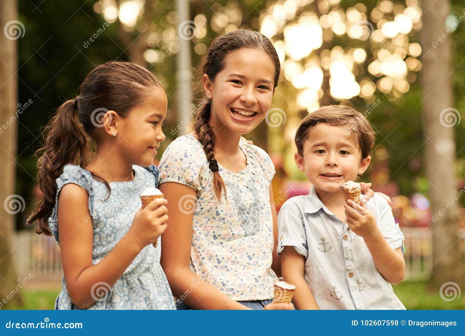 Kinder, die Eiscreme essen