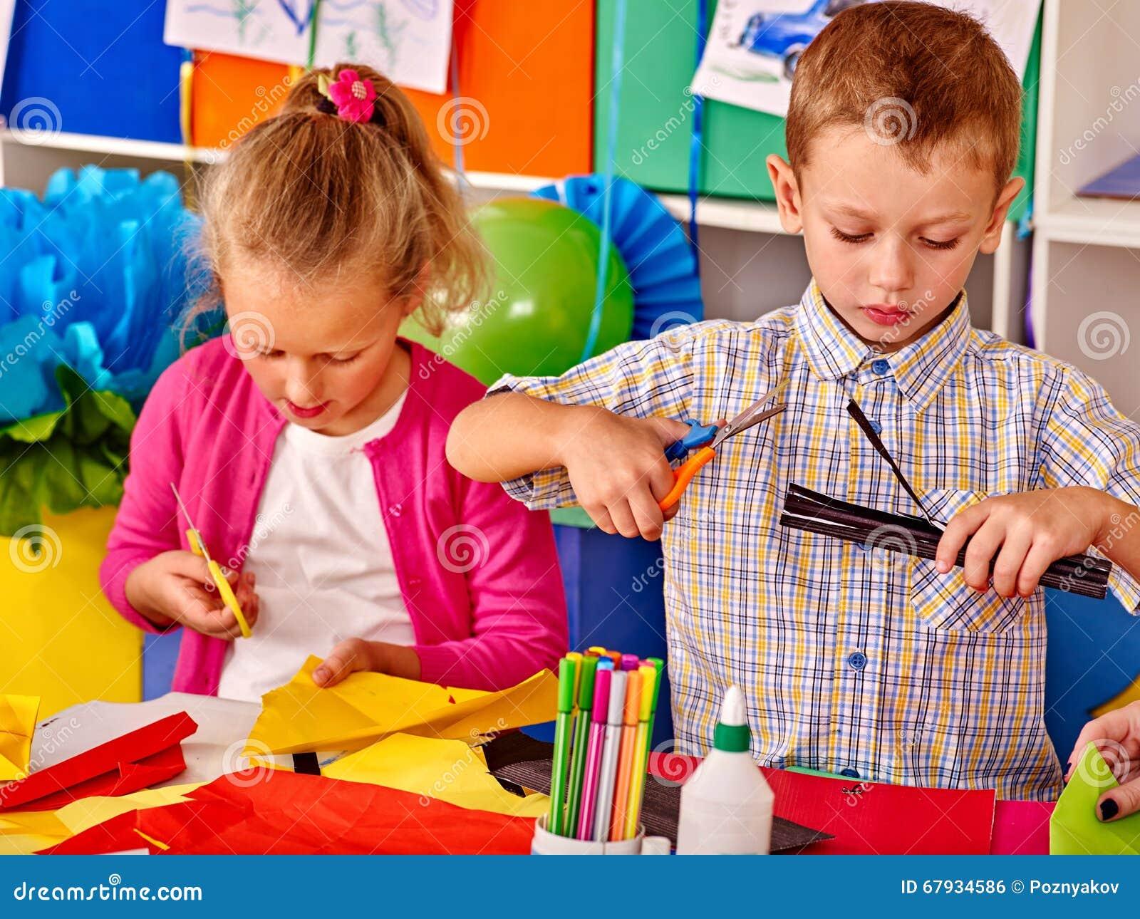 Kinder, Die Farbiges Papier Auf Tabelle Im Kindergarten Halten ...