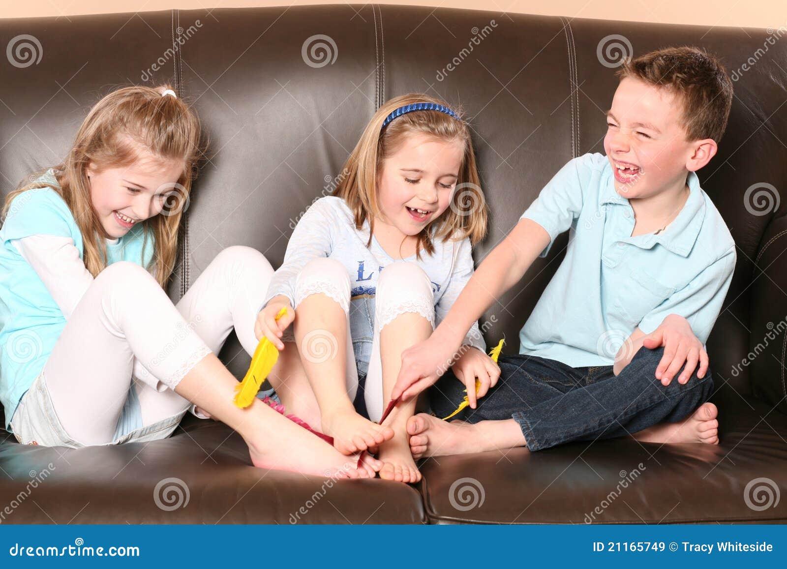 Kinder die f e mit feder tickling sind lizenzfreie for Die kinder des