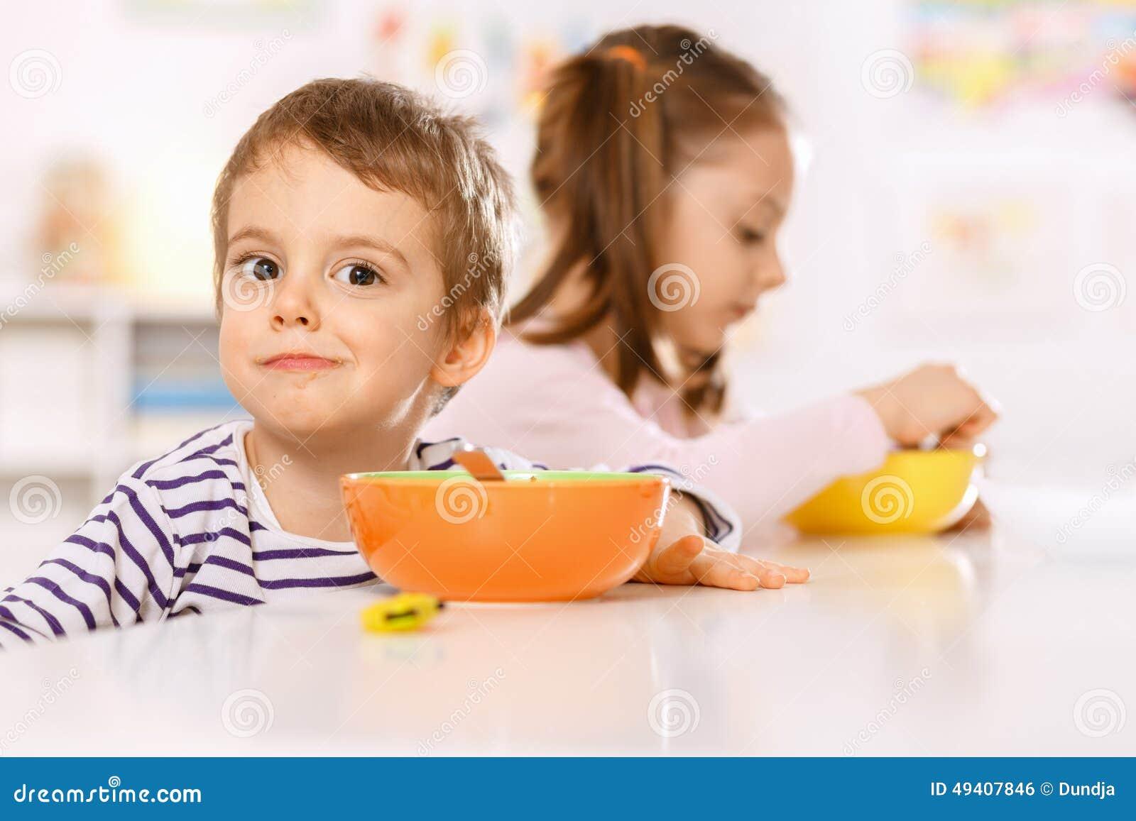 Download Kinder, die frühstücken stockfoto. Bild von haben, haupt - 49407846