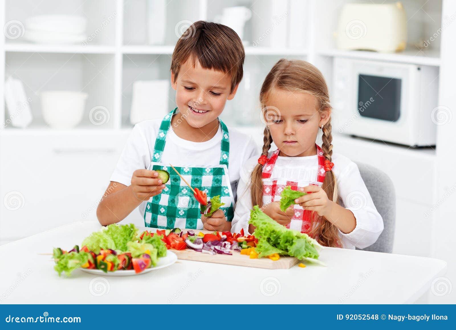 kinder die gem se auf einem stock f r einen gesunden snack vorbereiten stockfoto bild von. Black Bedroom Furniture Sets. Home Design Ideas