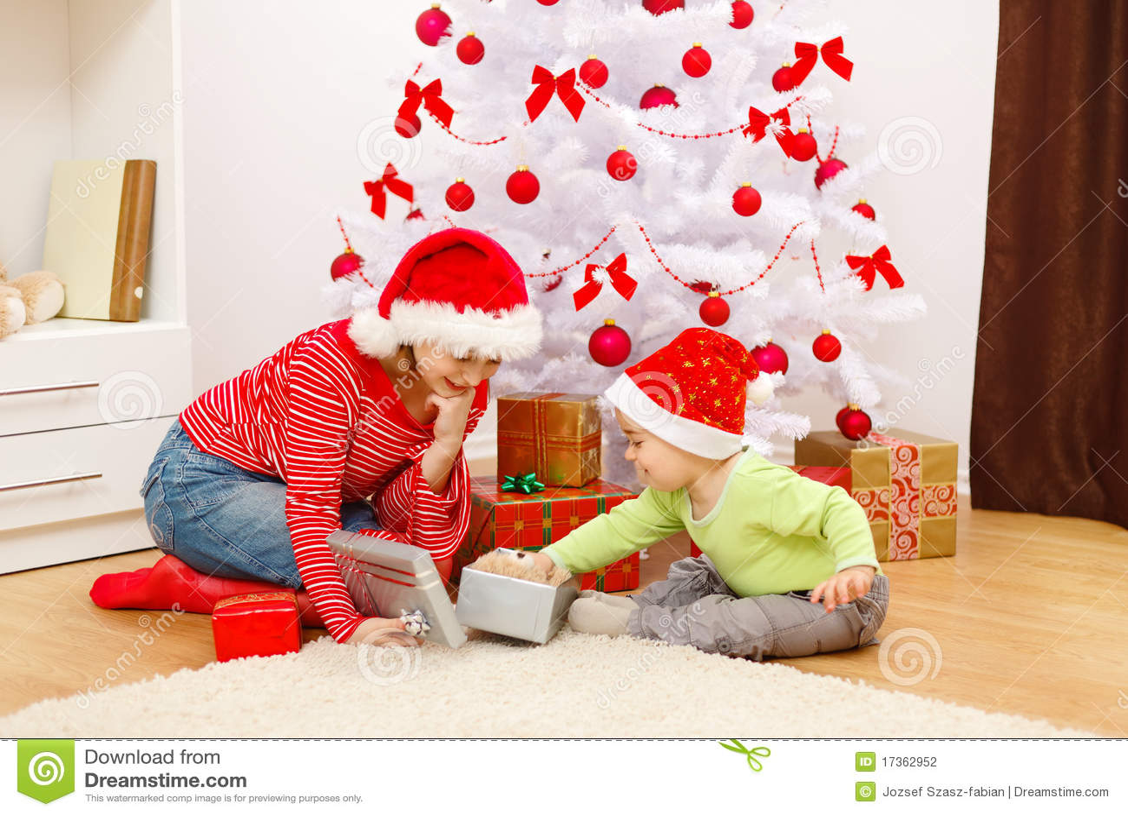 Kinder, Die Geschenke Im Weihnachten öffnen Stockfoto - Bild von ...