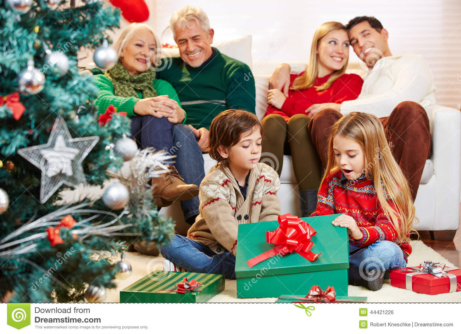 Kinder, Die Geschenke Am Weihnachten öffnen Stockfoto - Bild von ...