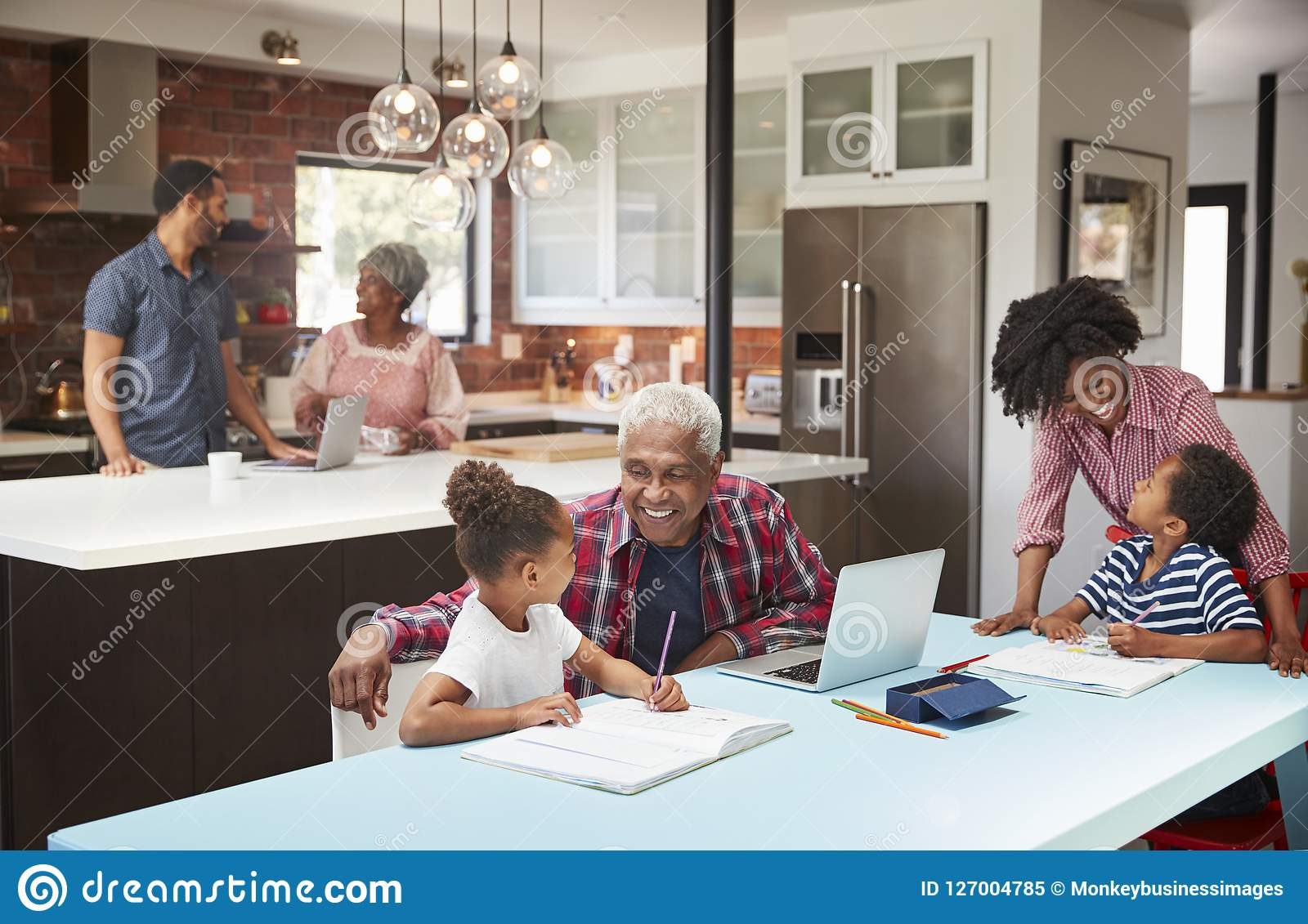 Kinder, die Hausarbeit im beschäftigten multi Generations-Familienhaus tun