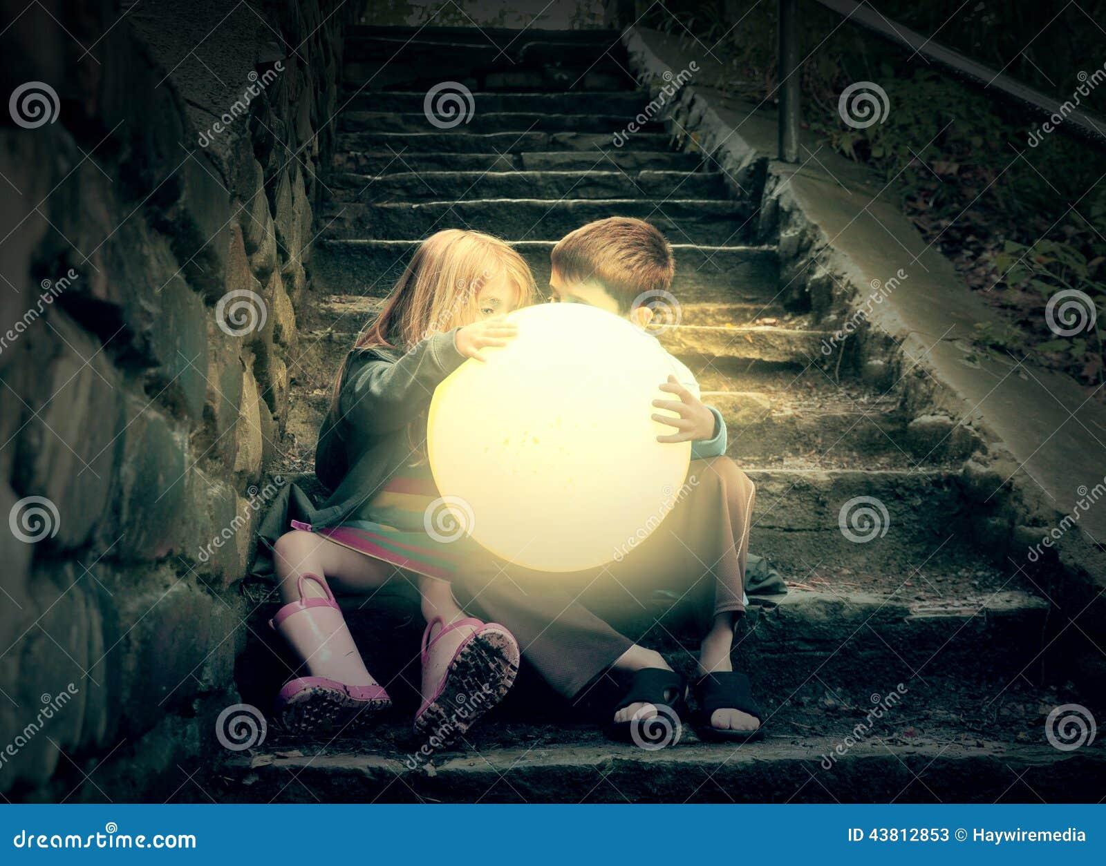 Kinder, die hellen Sonnenschein auf Treppe halten