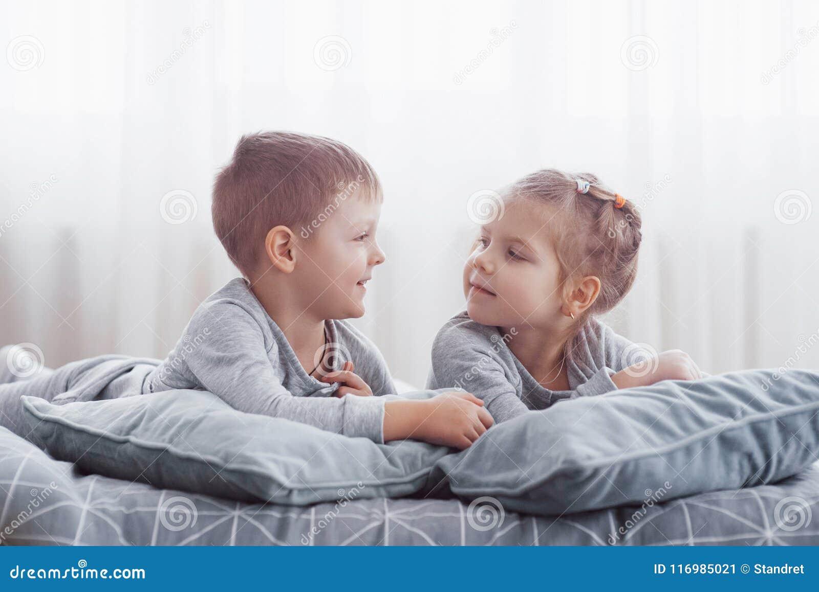 Kinder, Die Im Elternbett Spielen Kinder Wachen Im Sonnigen Weißen ...