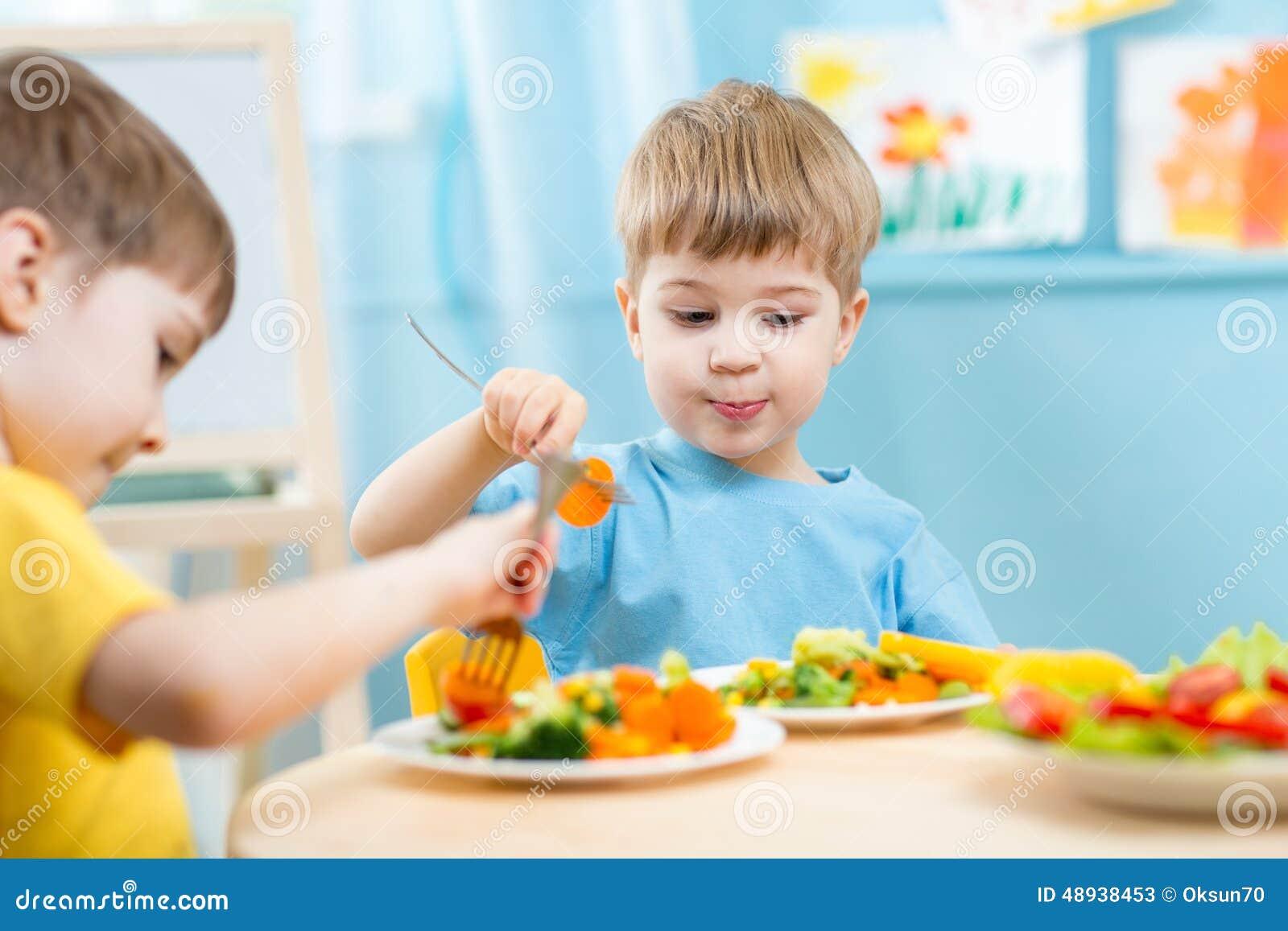 kinder die im kindergarten essen stockbild bild von familie hungrig 48938453. Black Bedroom Furniture Sets. Home Design Ideas