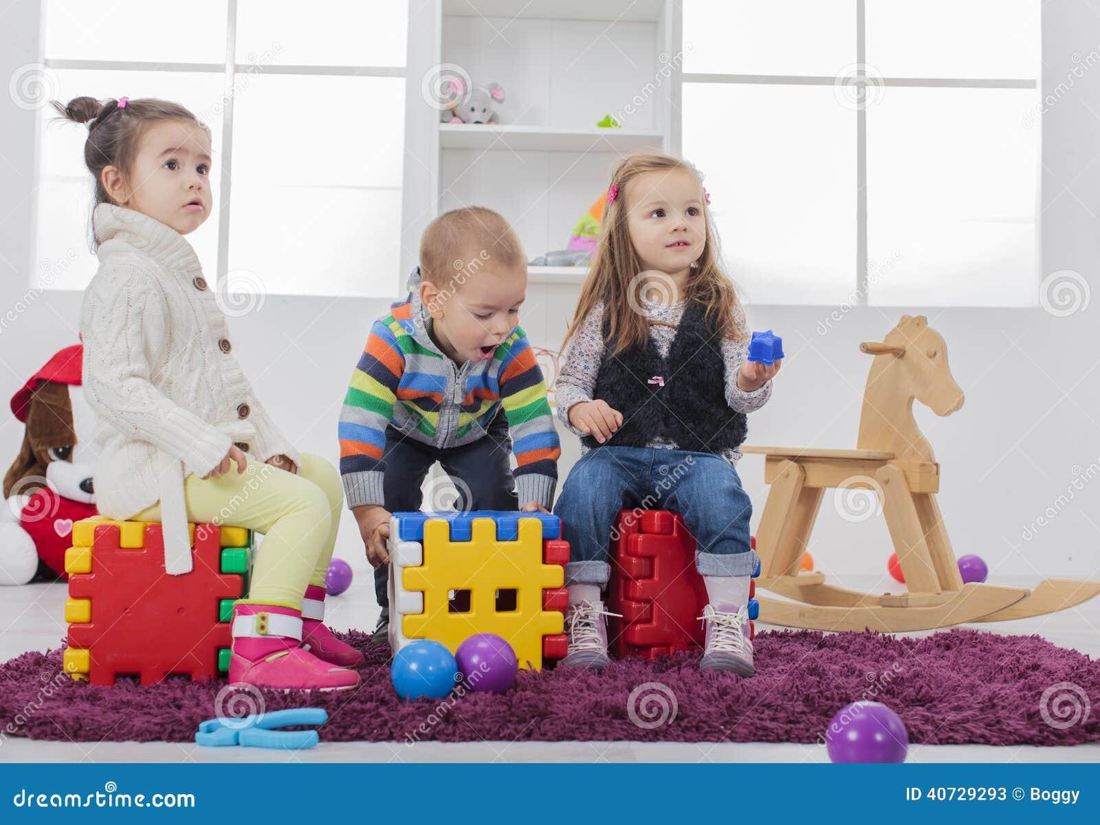 Kinder, die im Raum spielen