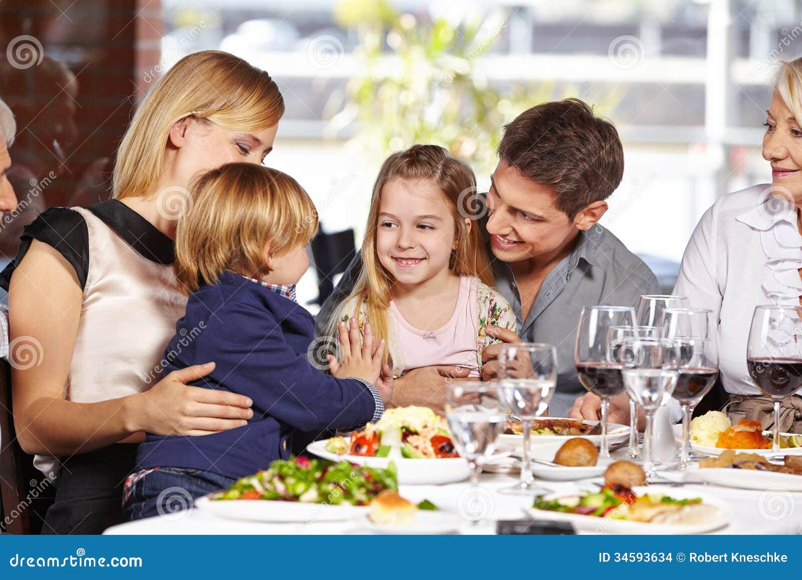 Kinder, die im Restaurant spielen