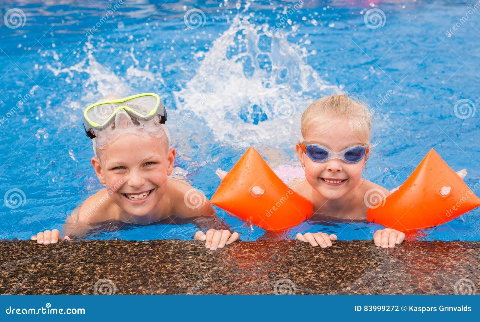 kinder die im swimmingpool spielen stockfoto bild von gl ser freude 83999272. Black Bedroom Furniture Sets. Home Design Ideas