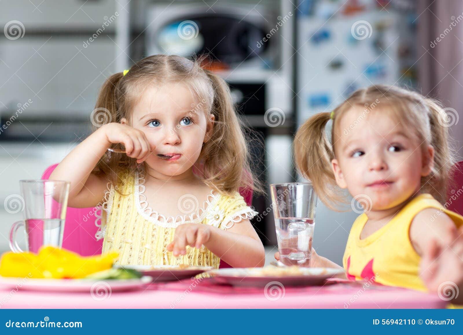 kinder die am kindertagesst tte trinken und essen stockfoto bild 56942110. Black Bedroom Furniture Sets. Home Design Ideas