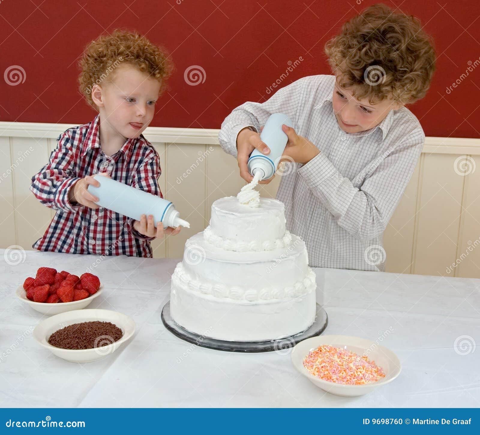 Kinder Die Kuchen Verzieren Stockfoto Bild Von Koche Junge 9698760