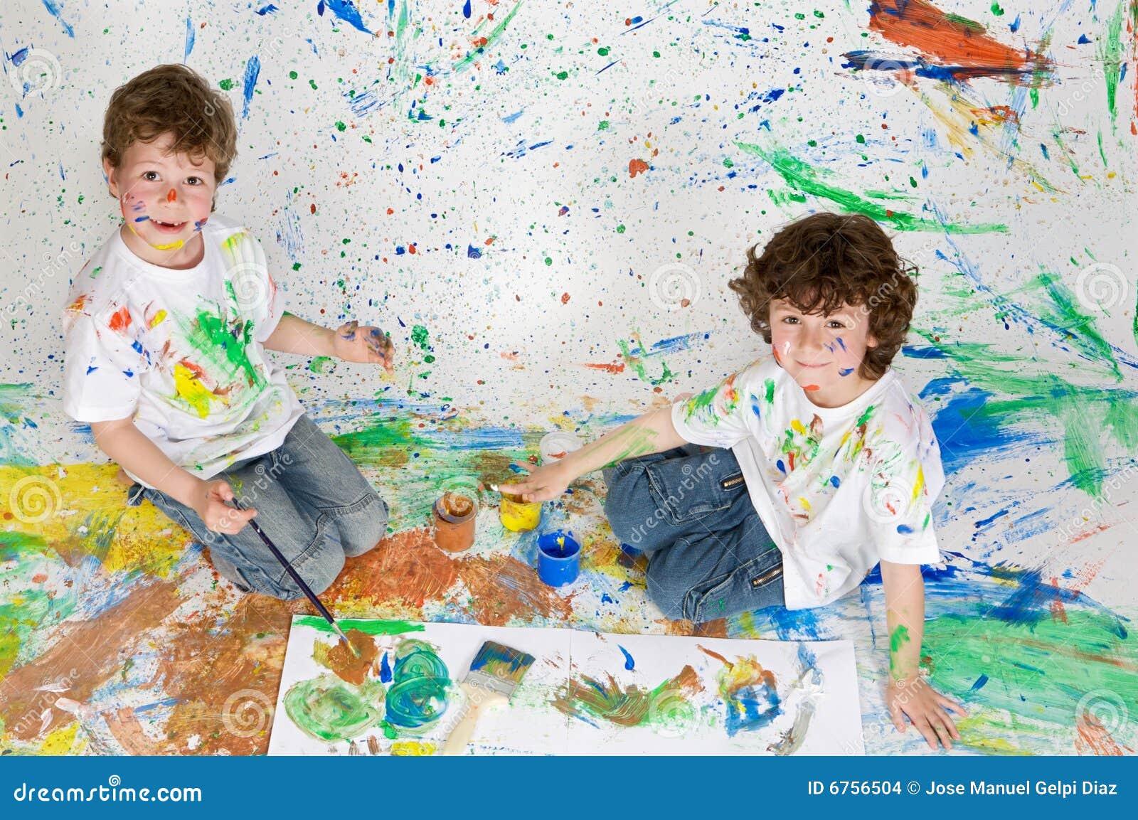 Kinder, die mit Anstrich spielen