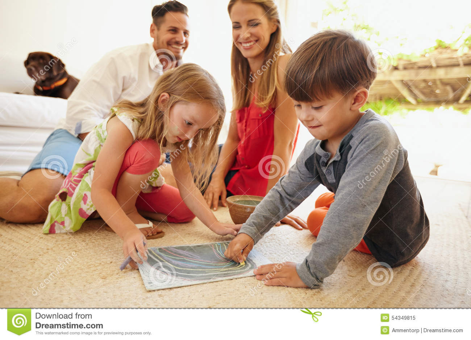 wohnzimmer zeichnung:Kinder, Die Mit Ihren Eltern Im Wohnzimmer Zeichnen Stockfoto – Bild