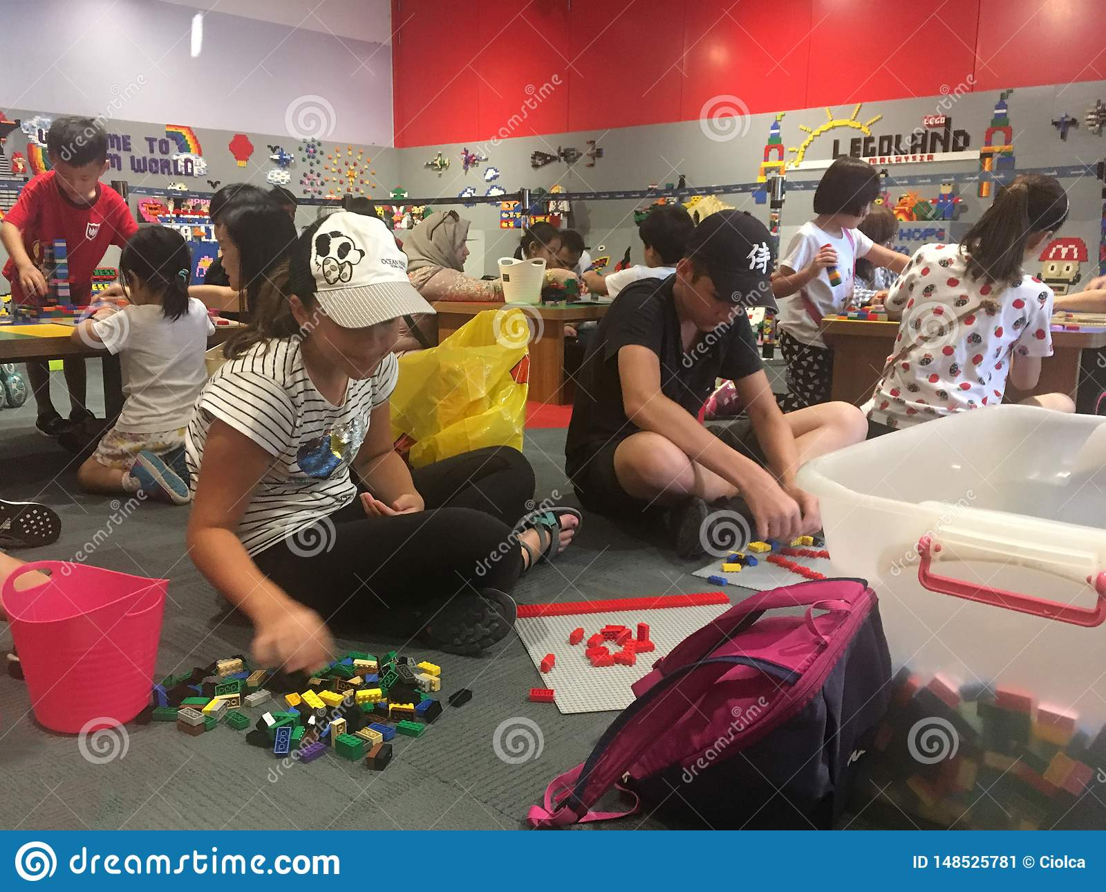 Kinder, die mit Lego-Teilen bei Legoland Malaysia spielen