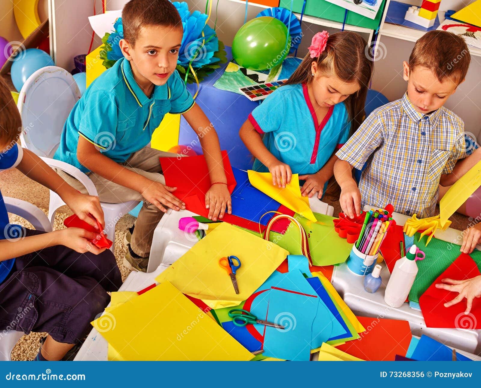 Kinder, Die Mit Papier Auf Tabelle Im Kindergarten Arbeiten ...
