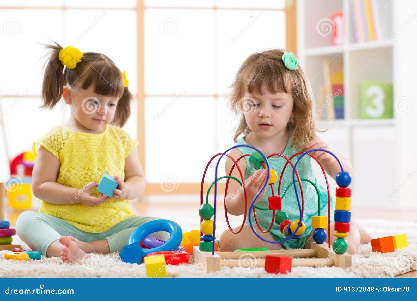 kinder die mit spielwaren im kindergarten spielen stockfoto bild von entwicklung erbauer. Black Bedroom Furniture Sets. Home Design Ideas