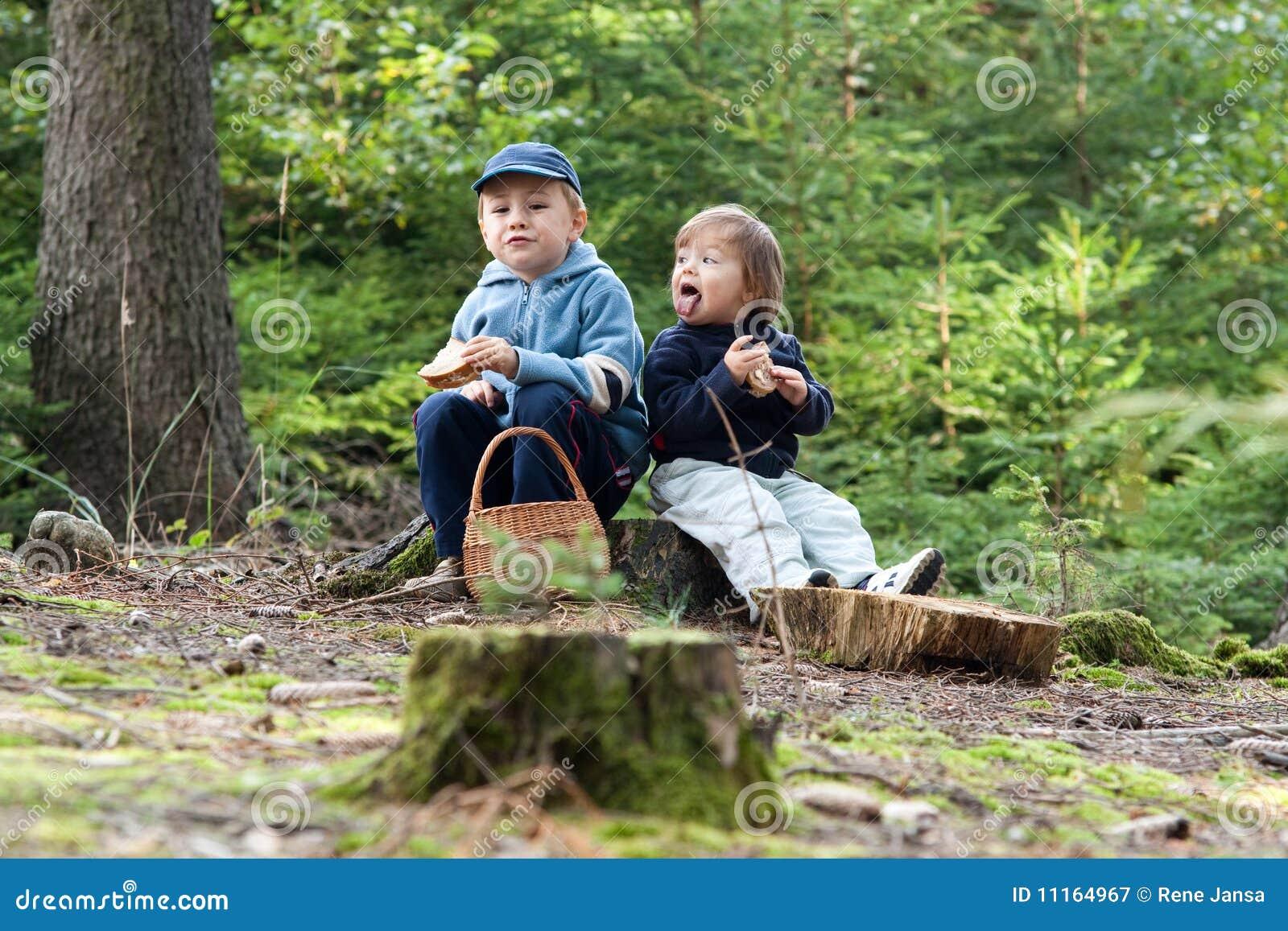 kinder die picknick essen lizenzfreie stockfotografie bild 11164967. Black Bedroom Furniture Sets. Home Design Ideas