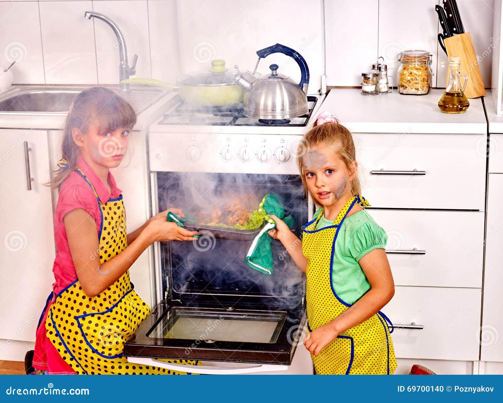 Kinder, Die Schlecht Huhn An Der Küche Kochen Stockfoto - Bild von ...