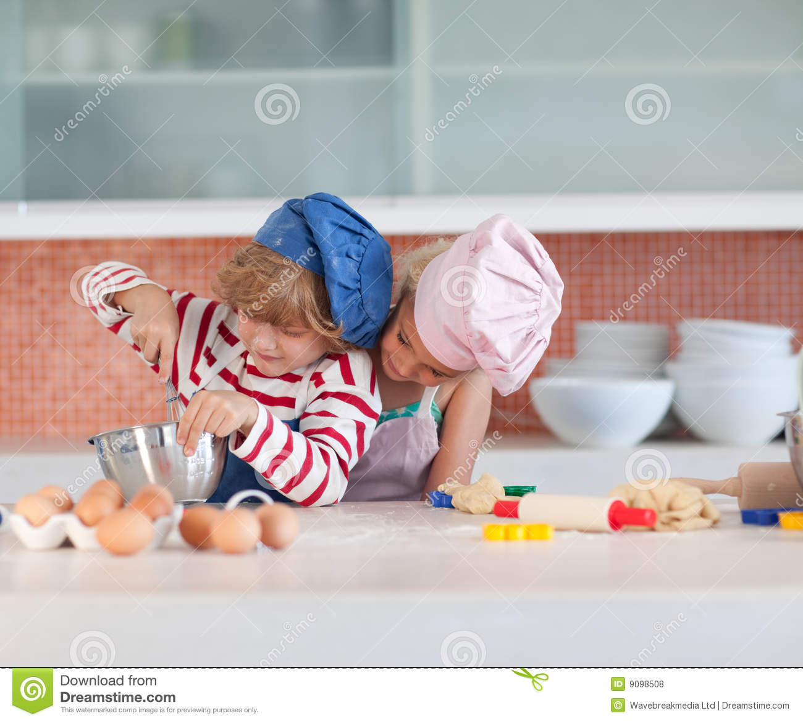 Kinder, die Spaß in der Küche haben